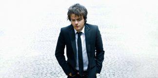 jamie_cullum_suit_tie_look_hands_13002_1920x1080