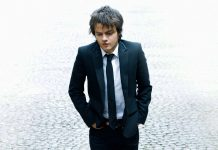 jamie_cullum_suit_tie_look_hands_13002_1920x1080